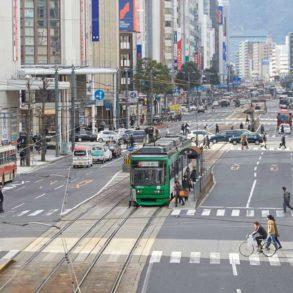 carretera en hiroshim con mucho tráfico