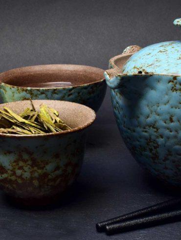 tetera y recipientes para preparar la ceremonia del té