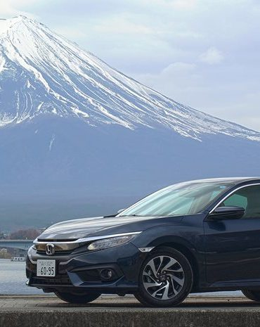 coche honda a los pies del monte fuji