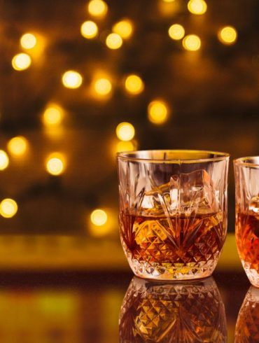 dos vasos de whisky japonés con el fondo desenfocado